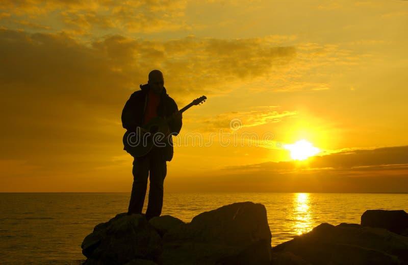 Guitarrista só, nivelando a costa imagens de stock royalty free
