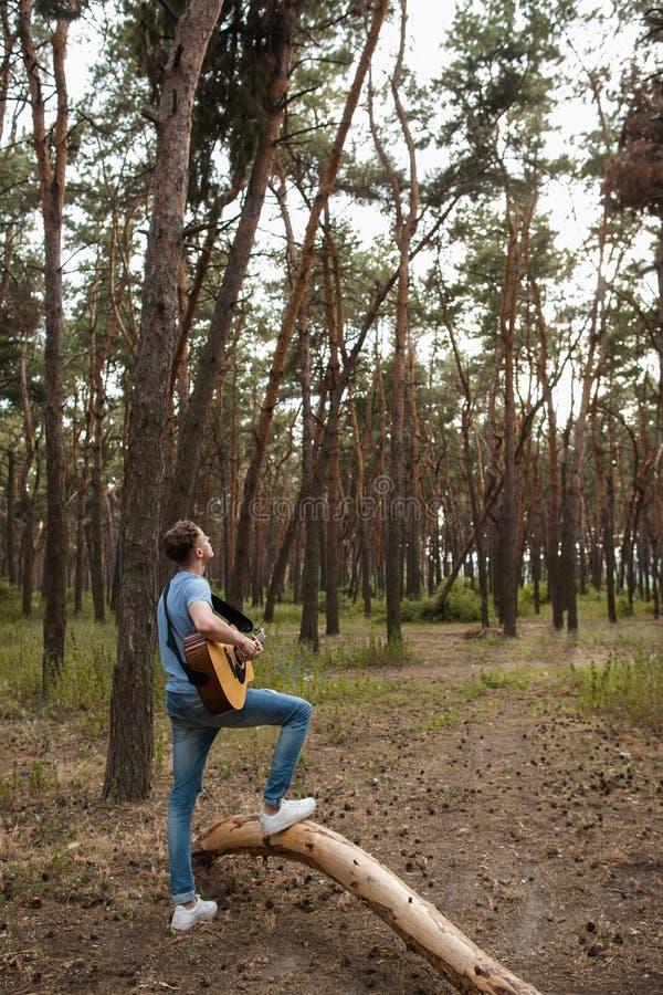 Guitarrista talentoso que juega el bosque que camina concepto fotografía de archivo libre de regalías