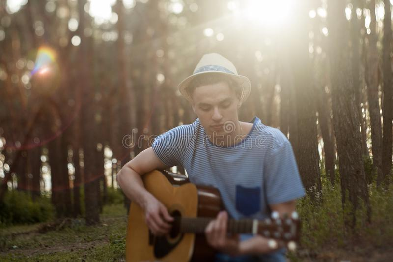 Guitarrista talentoso que juega el bosque que camina concepto foto de archivo