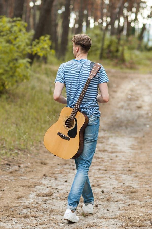 Guitarrista talentoso que juega el bosque que camina concepto imágenes de archivo libres de regalías