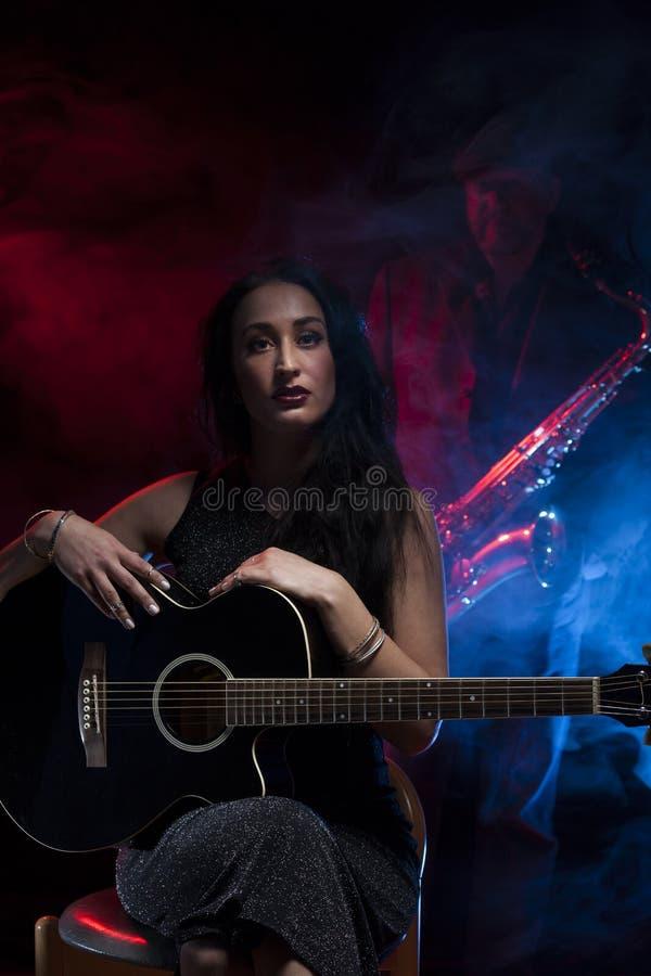 Guitas en Saxofoon stock afbeeldingen