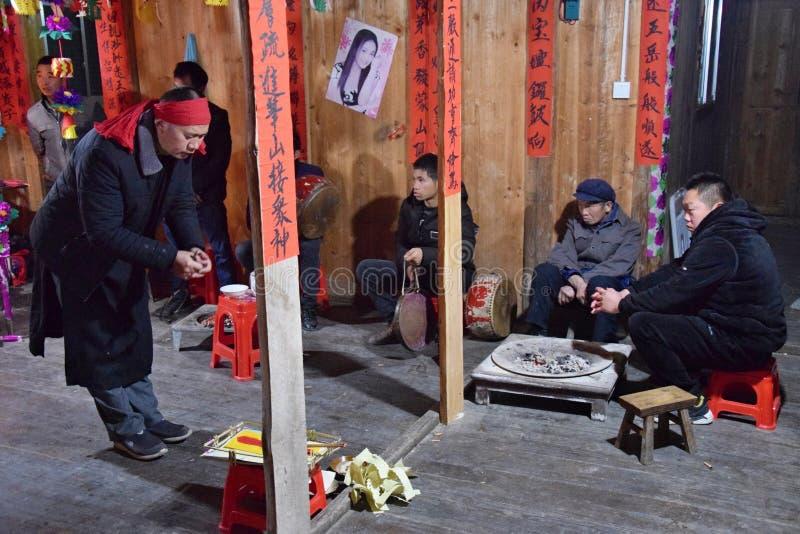 """GUIZHOU PROVINCIE, CHINA € """"CIRCA DECEMBER 2018: Het ritueel die de gelofte terugkopen stock afbeelding"""