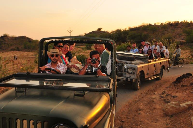 Gujarat: De excursie van Jeep Safari & van toeristen aan de landbouwer royalty-vrije stock foto's