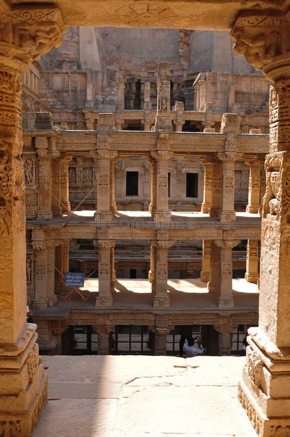 Gujarat: Paso del tempel de la piedra arenisca bien del ki Vav de Rani imagen de archivo
