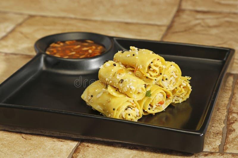 Gujarati Khandvi ή βρασμένο στον ατμό πρόχειρο φαγητό αλευριού γραμμαρίου - ινδικά τρόφιμα στοκ εικόνα με δικαίωμα ελεύθερης χρήσης