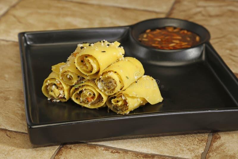 Gujarati Khandvi ou casse-croûte cuit à la vapeur de farine de gramme - nourriture indienne photos libres de droits