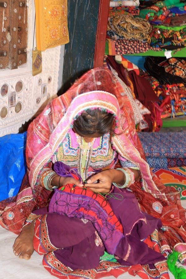 Gujaratimeisje die haar uitzet borduren royalty-vrije stock afbeelding