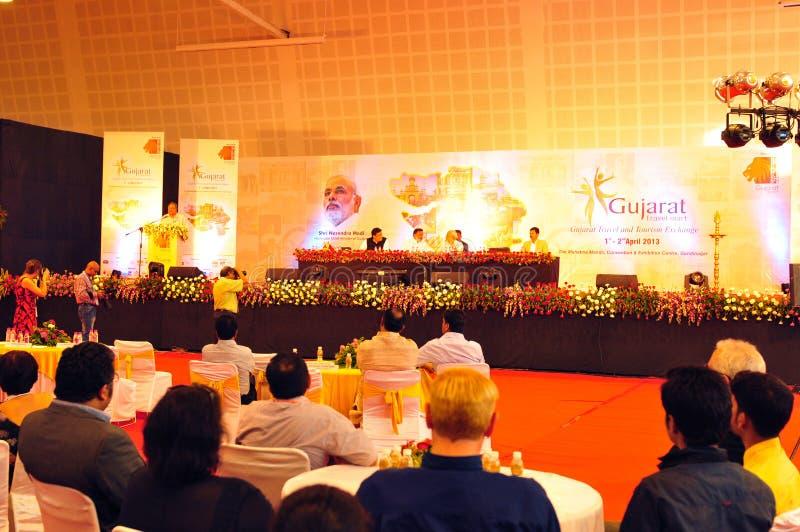 Gujarats ministra a conferência de imprensa no mercado do curso em Ahmeda fotos de stock royalty free