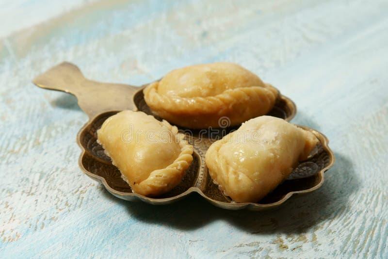 Gujiya und indischer Bonbon stockfoto