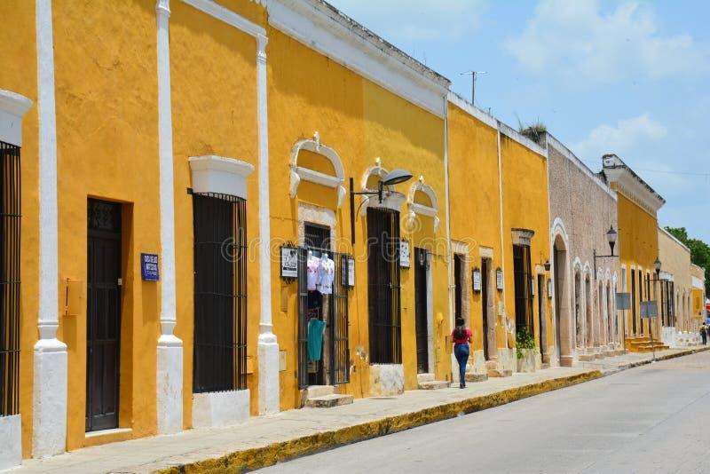 Gul by av Izamal Yucatan i Mexico royaltyfri bild