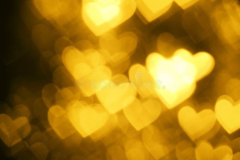 Gul bakgrund för hjärtaformferie arkivbild