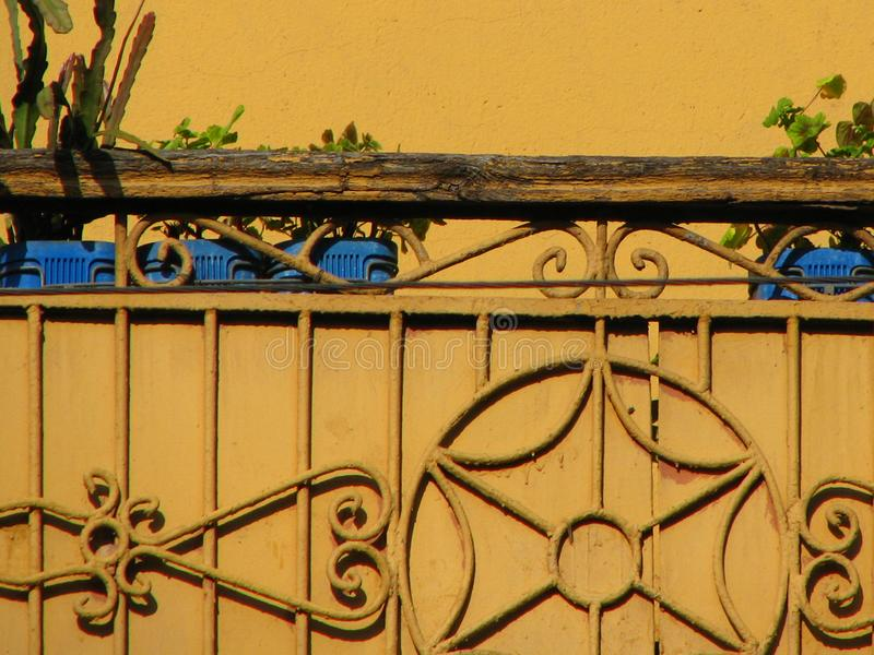 Gul balkong för tappning med metallgarnering och den gamla trästången arkivbild