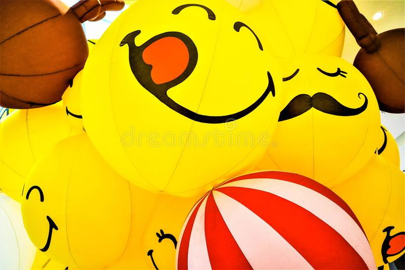 Gul ballong f?r leende royaltyfria bilder