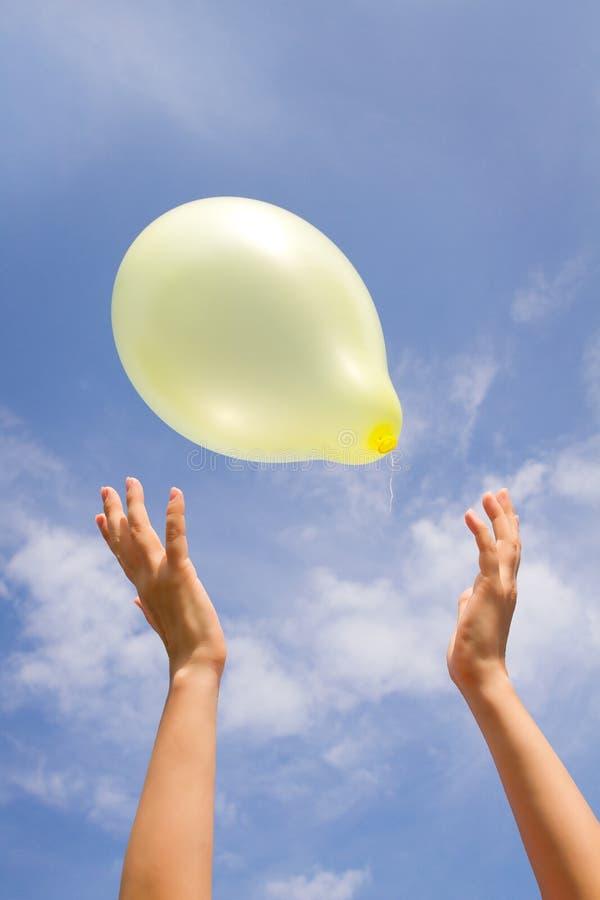 Gul ballong på en skybakgrund royaltyfri bild