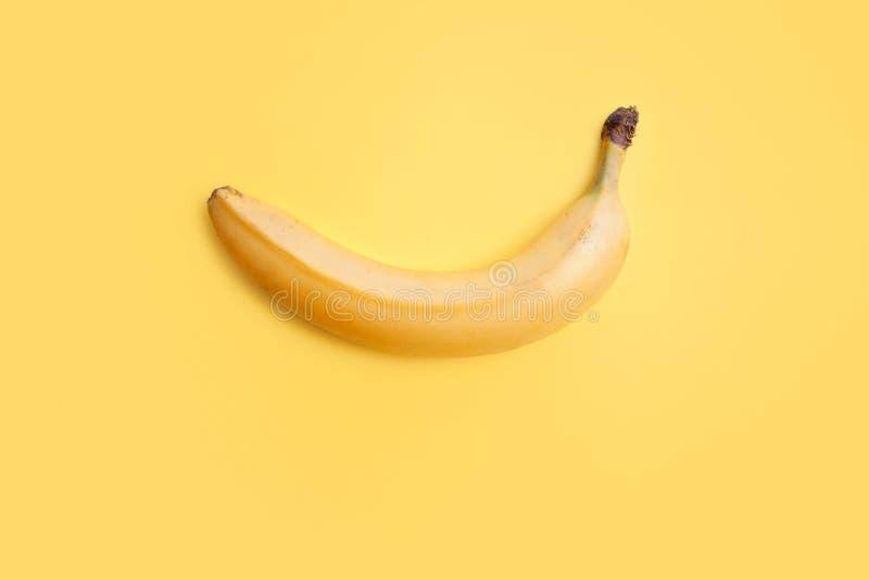 Gul banan på en gul bakgrund, stillebenminimalism banta sunt fotografering för bildbyråer