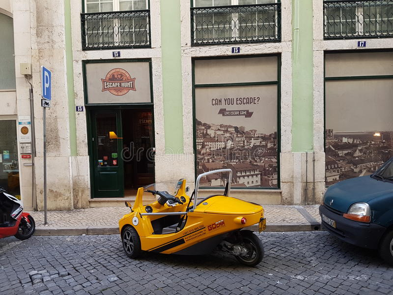 Gul bil i lissabon royaltyfri foto