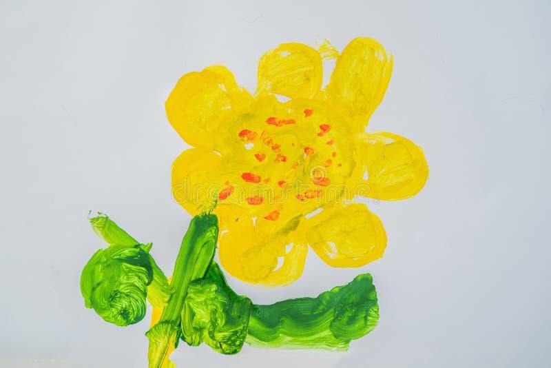 Gul blomma med gröna sidor Mång--färgad barnteckning royaltyfri foto