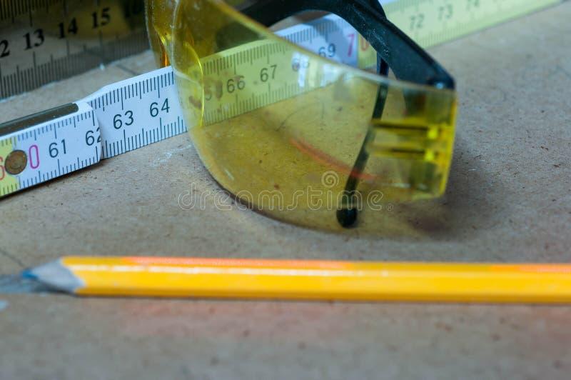 Gul blyertspenna för att markera, eyegless säkerhet och linjal royaltyfria bilder