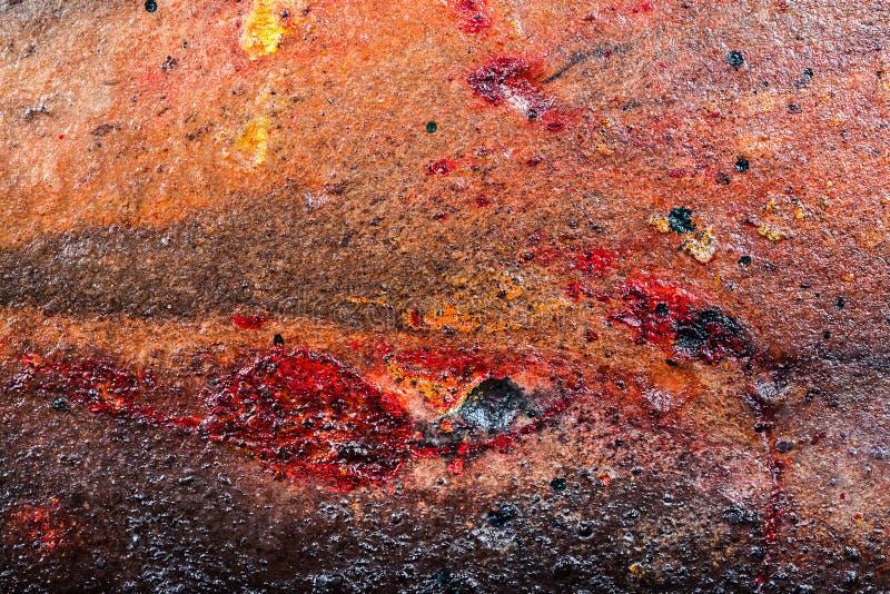 Gul brunt och den röda smutsiga väggstuckaturen texturerar bakgrund royaltyfri foto