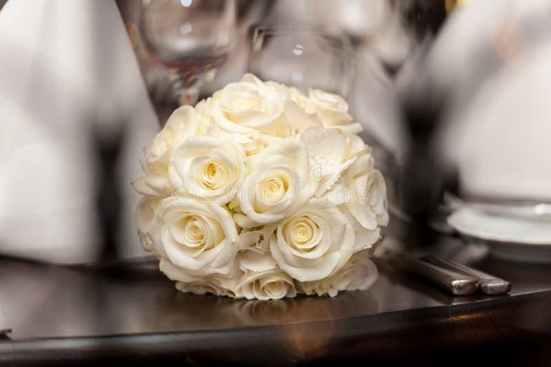 Gul bukett av rosor på trätabellen royaltyfri fotografi