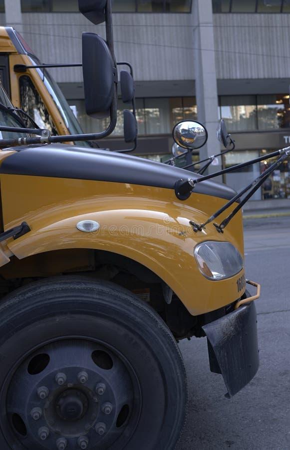 Gul buss för forskare i staden arkivfoton