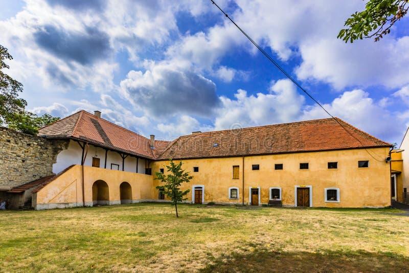 Gul byggnad av den tidigare kloster i Panensky Tynec arkivfoton