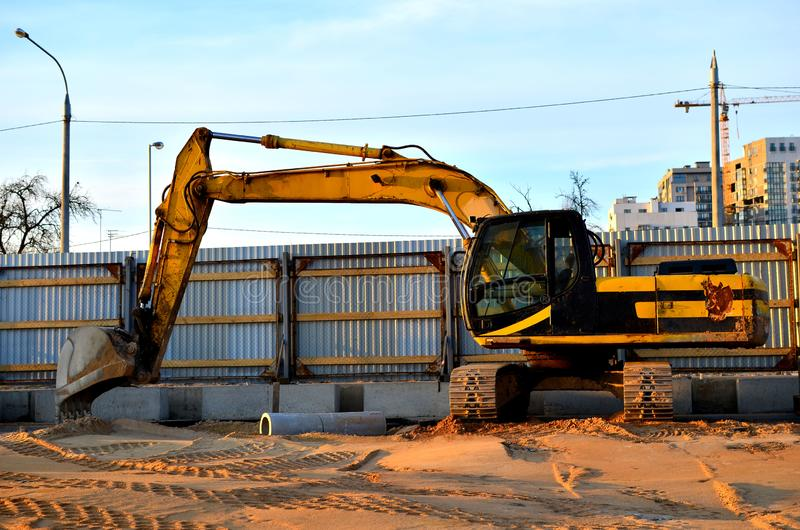 Gul crawlsimmaregrävskopa på konstruktionsplats royaltyfri foto