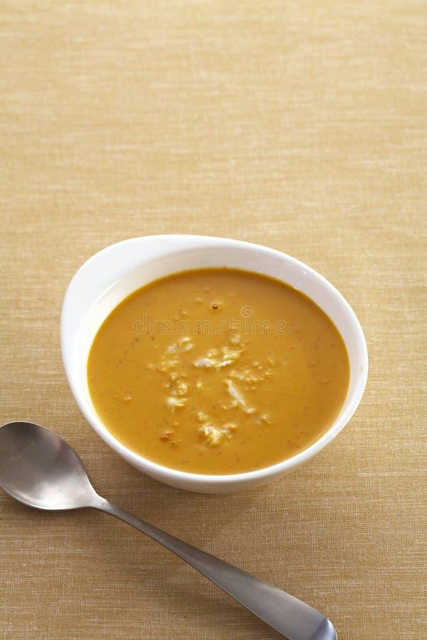 Gul curry och krabba i kopp fotografering för bildbyråer