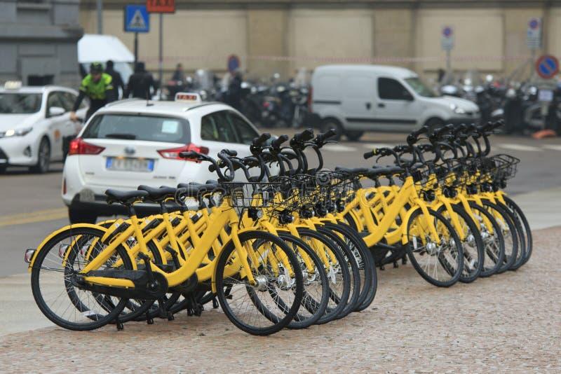 Gul cykelhyra fotografering för bildbyråer