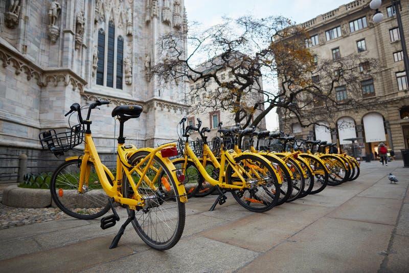 Gul cykelhyra på gatan Milan Italien arkivfoton