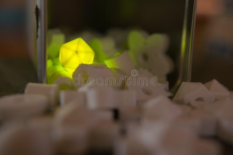 Gul diamant som glöder bland vila arkivfoton