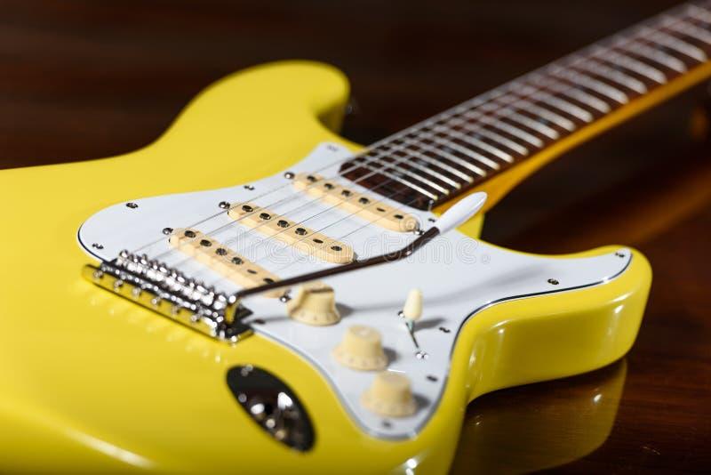 Gul elektrisk gitarr med tremolon royaltyfria bilder