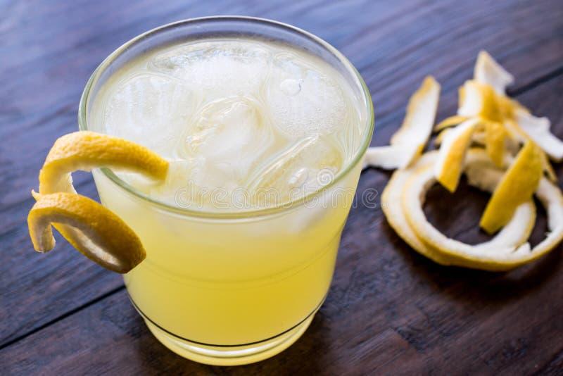 Gul fågelcoctail med citronen royaltyfria bilder