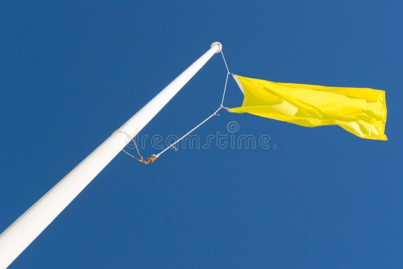 Gul flagga och blå himmel fotografering för bildbyråer