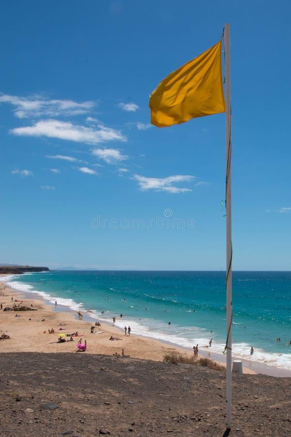 Gul flagga på stranden, Lanzarote arkivfoto