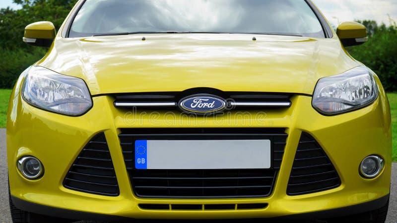 Gul Ford motorisk bil royaltyfri bild