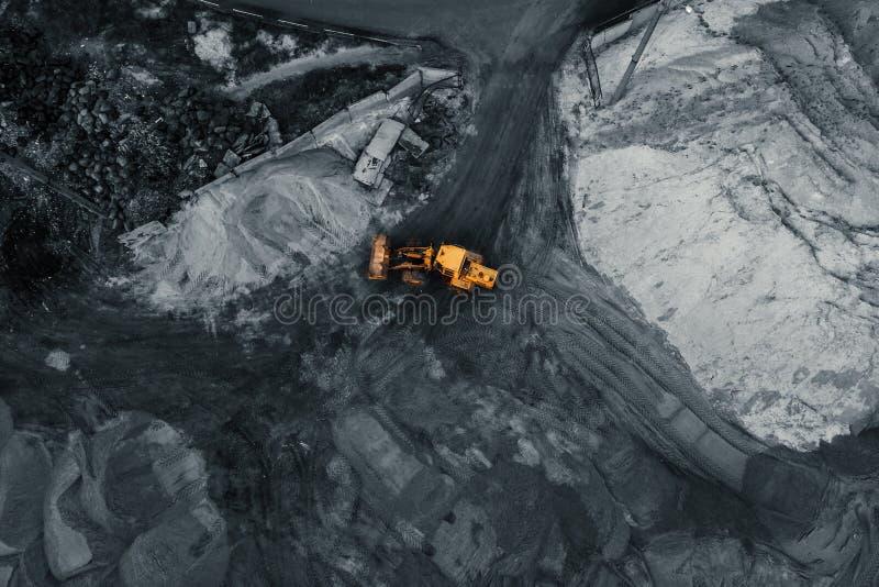 Gul gr?vskopa eller bulldozer i koldagbrytningvillebr?det, industriell extraktion av mineraler, flyg- b?sta sikt fotografering för bildbyråer