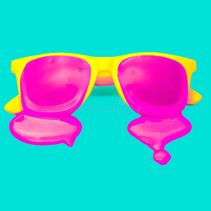 Gul hipstersolglasögon för artikel med ensamrätt på blå bakgrund arkivbilder