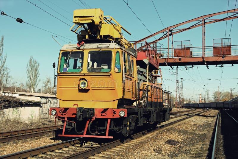 Gul järnvägsspårservicebil som fixar järnvägen royaltyfria bilder