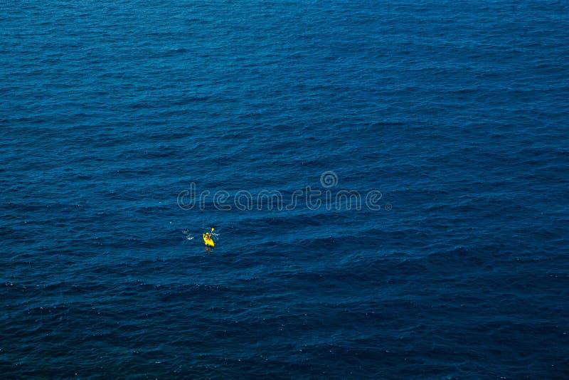 Gul kajak i det blåa havet royaltyfri foto