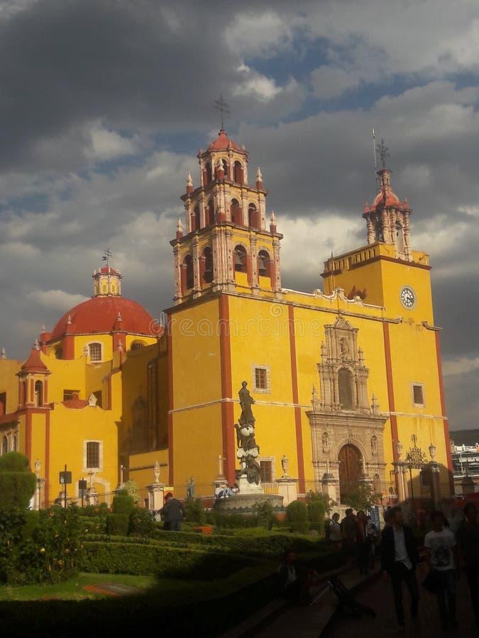 Gul kyrka på en stormig dag i Guanajuato Mexico royaltyfri bild