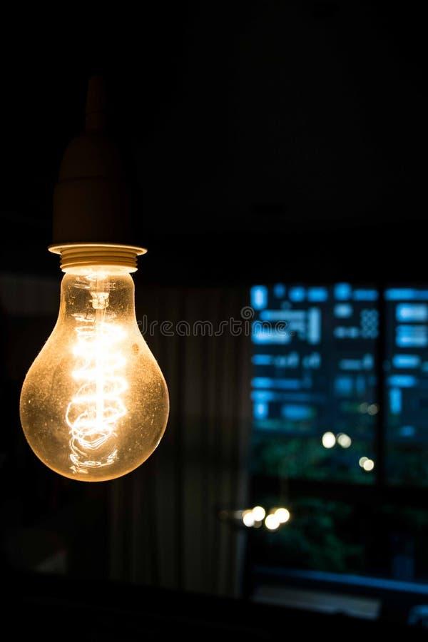 Gul lampa med mörker- och blåttbakgrund fotografering för bildbyråer