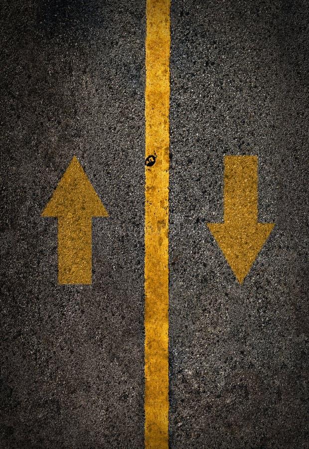 Gul linje på den höga vägen med airrow upp och ner arkivfoton