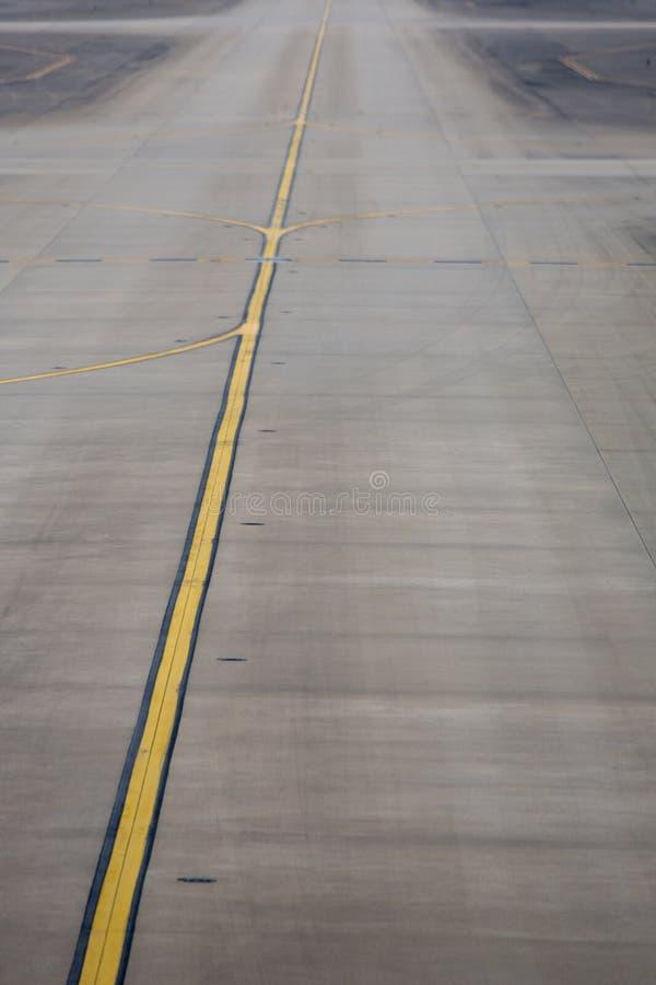 Gul linje på den plana landningsbanan i den Shanghai flygplatsen arkivbild