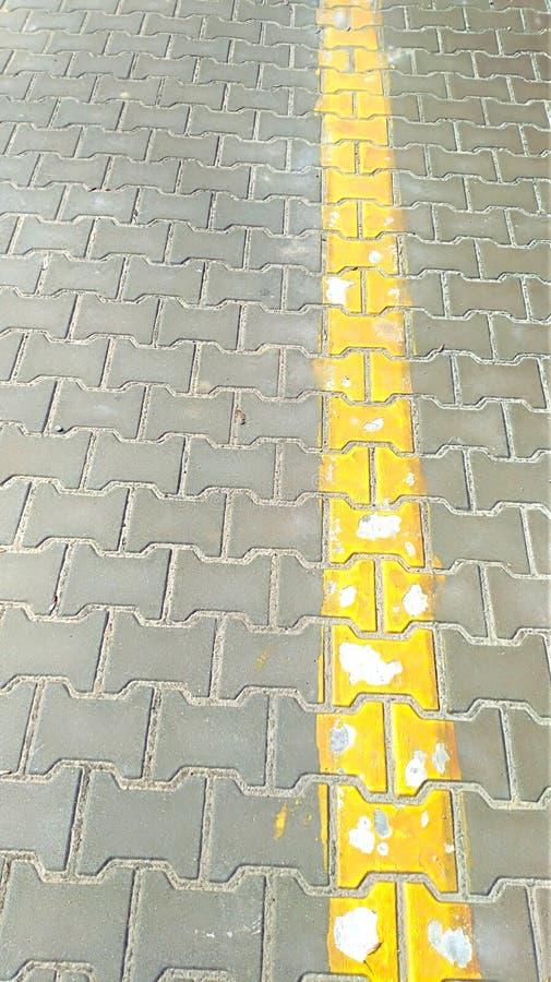 Gul linje på gatan royaltyfri bild