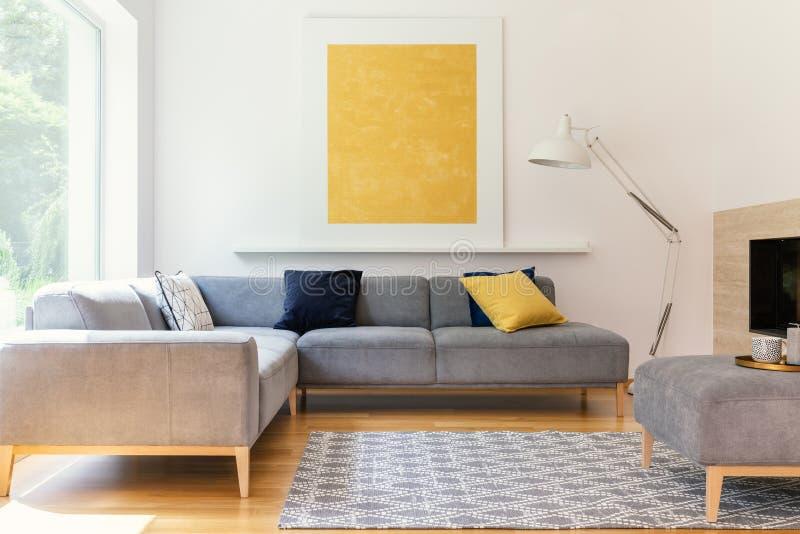 Gul målning och lampa i modern vardagsruminre med gre royaltyfri fotografi