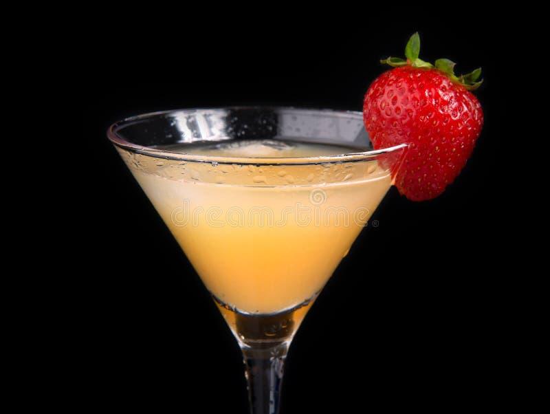 Gul martini coctaildrink som dekoreras med jordgubben arkivbild