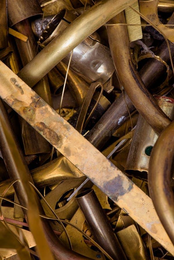 Gul metall fr?n m?ssing kvarlevor av m?ssingsbearbeta, n?r att ha stansat m?ssingsdetaljn?rbild arkivfoto