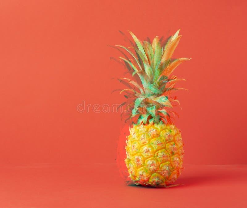 Gul mogen ananas p? en r?d bakgrund Begreppsminimalism Bearbeta för tekniskt feleffekt kopiera avst?nd horisontal arkivbild
