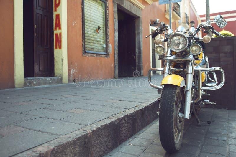 Gul moped arkivbild